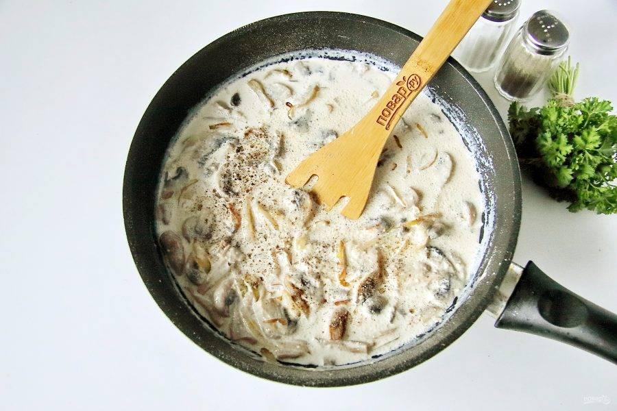 Добавьте по вкусу соль, молотый перец, доведите до кипения и готовьте 3-5 минут.