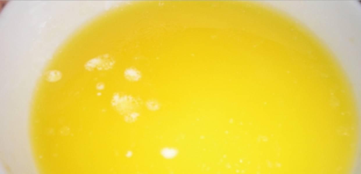 1. Растопим на водяной бане 125 г масла. Маленький кусочек пока оставьте в холодильнике.