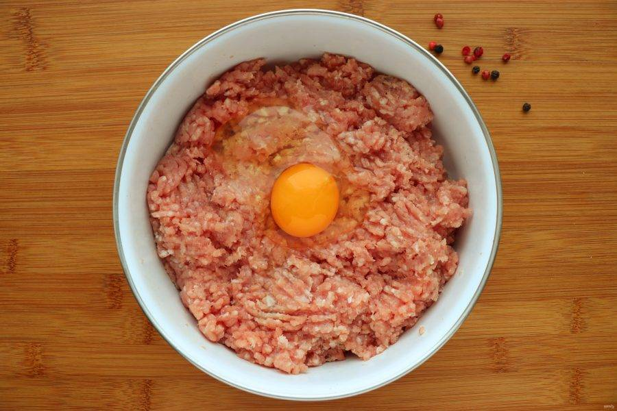 Добавьте в фарш одно яйцо. Теперь фарш нужно очень хорошо вымесить и отправить в холодильник на 30 минут отдохнуть.