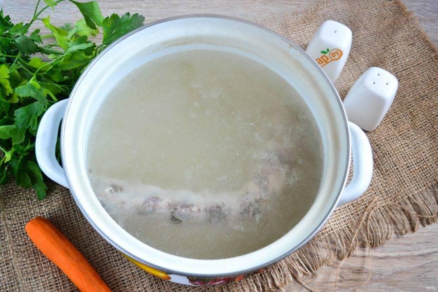 Наберите воду в кастрюлю и доведите до кипения. Отправьте в нее свиные ребрышки, когда вода снова закипит, на поверхности начнет появляться пенка, ее нужно обязательно снять. Варите мясо в течение 20 минут.
