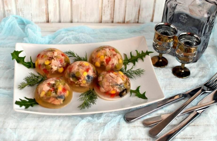Подавайте заливное сразу из холодильника, украсив зеленью. Отдельно подайте горчицу и хрен.