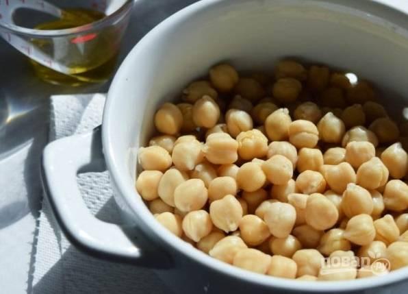 1. Нут промойте и обсушите. Подготовьте специи по вкусу и немного оливкового масла.