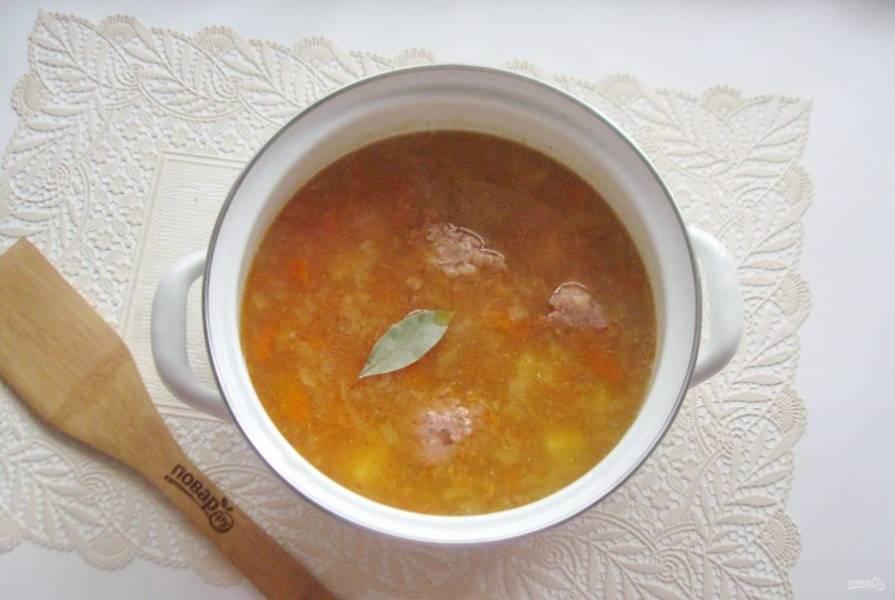 Посолите, поперчите, добавьте томатную пасту и лавровый лист. Варите суп еще 10 минут на небольшом огне.