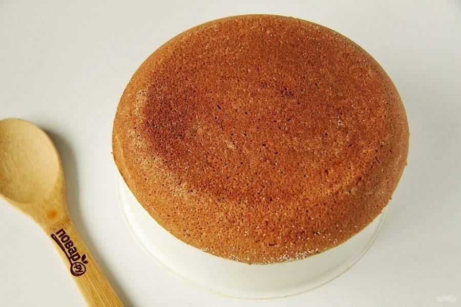 Готовый кабачковый пирог извлеките при помощи контейнера для варки на пару.