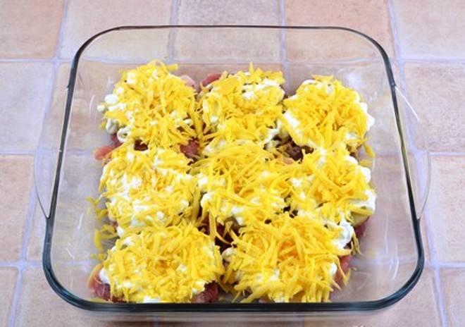 И посыпьте тертым сыром. Запеките в духовке разогретой до 180 градусов в течение 40 минут. Подавать на стол в горячем виде.