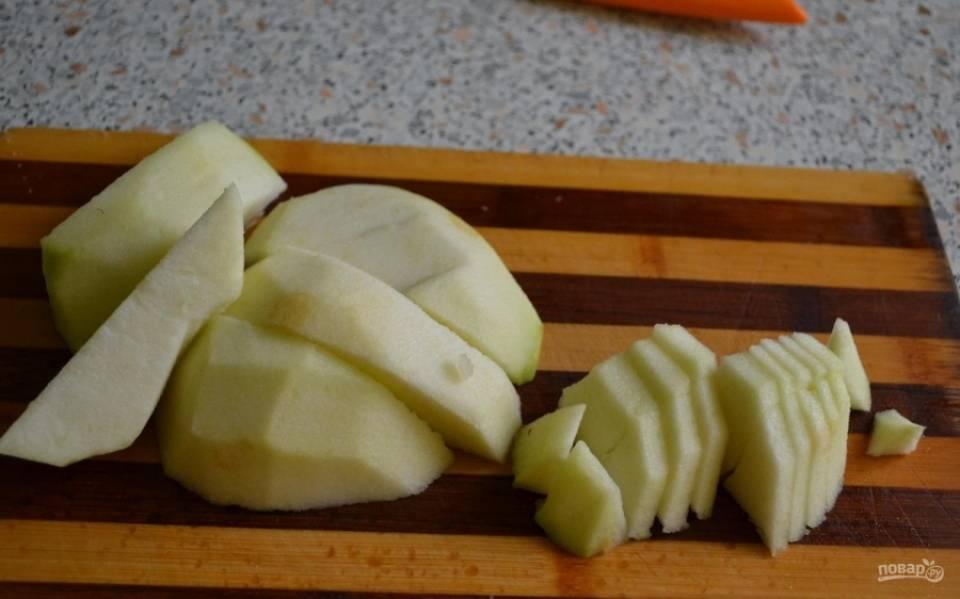 3.Зеленые яблоки мою, срезаю с них кожуру, а затем разрезаю на 2 части, вычищаю семена и нарезаю фрукты небольшими кусочками.
