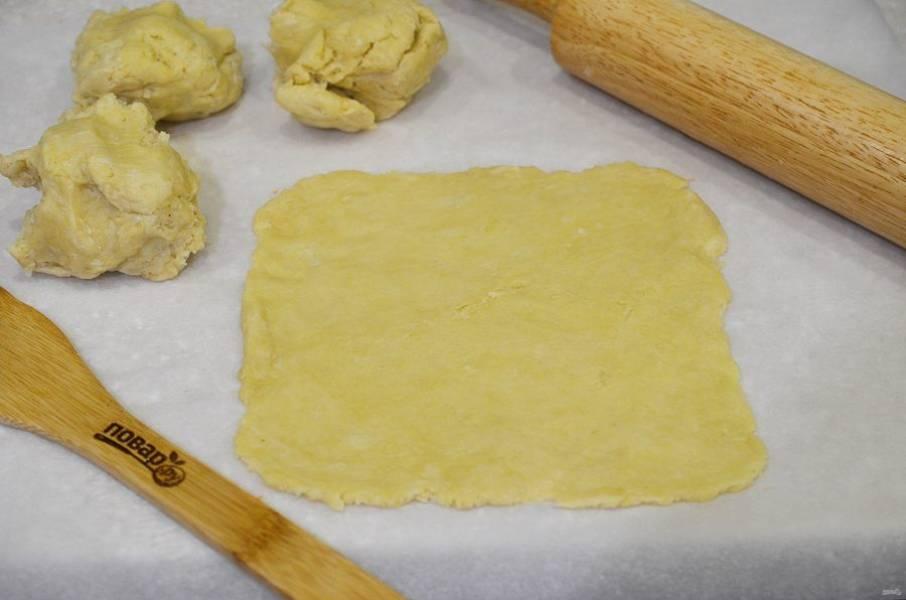 9. Тесто разделите на 4 части. Раскатайте каждую в прямоугольник, толщиной около 5 мм.