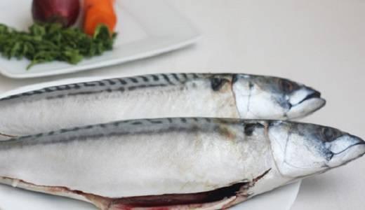 1. Рыбу необходимо вымыть и очистить от внутренностей и плавников. При желании можно удалить также голову.