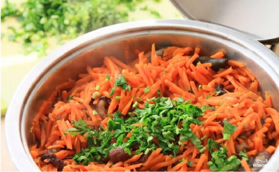 Тушите овощи еще 10-15 минут под закрытой крышкой, а затем посыпьте свежей зеленью.