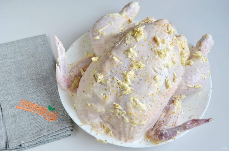4. Замаринованного цыпленка обсушите бумажными полотенцами. Натрите щедро ароматным маслом внутри под кожей через небольшие надрезы, также хорошо смажьте сверху.