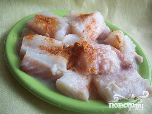 1.Займемся рыбой. Мясо отделяем от костей, нарезаем кусочками. Поперчим и посолим, сбрызнем лимонным соком. Примерно 15-20 минут оставляем мариноваться.