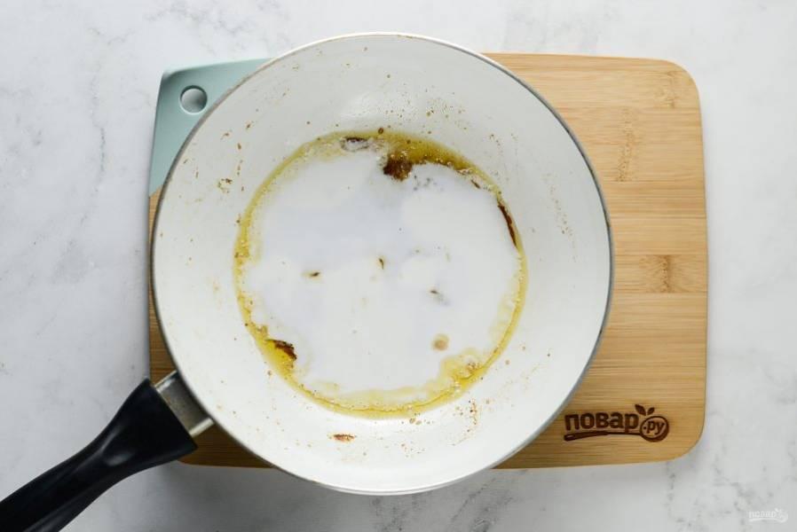 Бананы выложите на тарелку, а в сковороду добавьте оставшийся сахар. Подождите, когда он немного растопится. Влейте сливки, перемешайте, подождите, когда сахар полностью растопится.