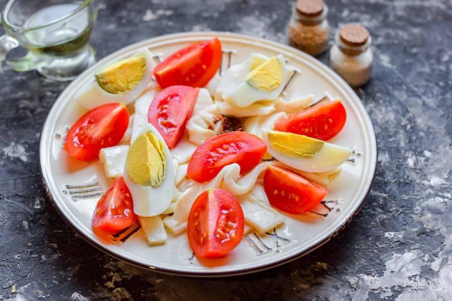 Куриное яйцо отварите вкрутую, почистите и нарежьте дольками. Добавьте яйцо в салат.