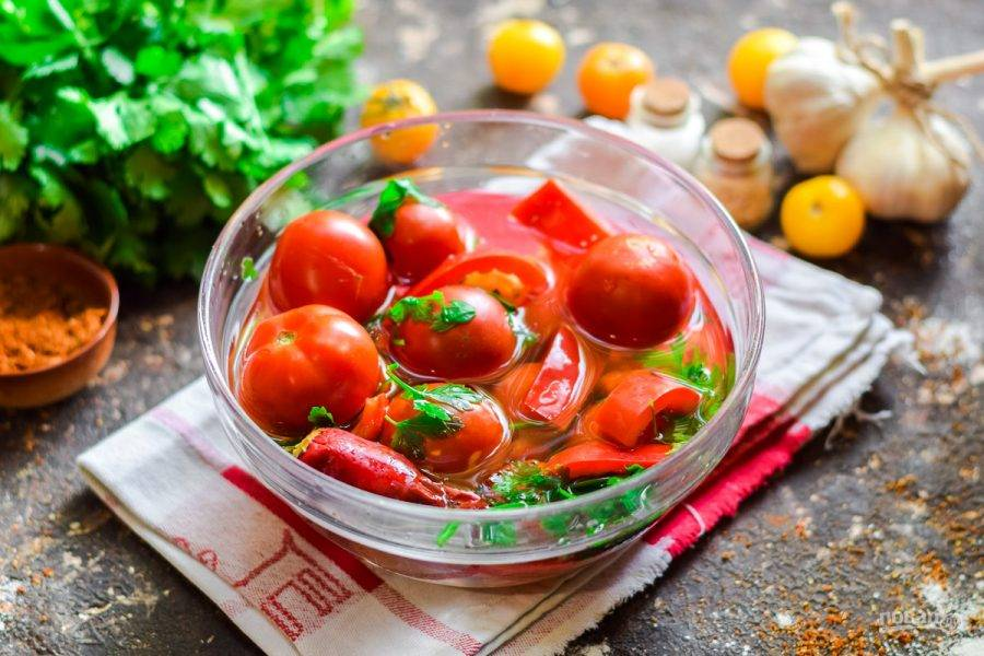 Вымойте помидоры, сладкий перец и острый. Также очистите зубчики чеснока.
