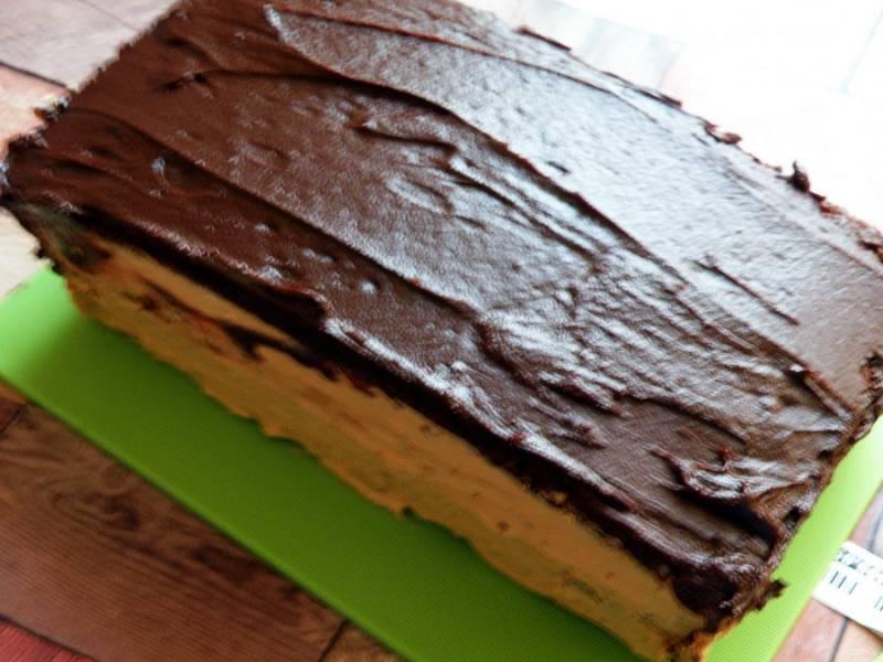 Сварите глазурь или растопите шоколадку и полейте сверху  охлажденный торт.
