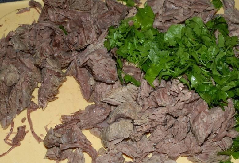 Отварите для начал бульон, мясо достаньте. Порежьте на кусочки и зелень тоже.