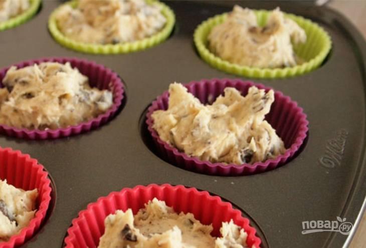 Разложите тесто по формочкам, наполняя их на 2/3. Выпекайте кексики 20 минут. Остудите перед тем, как доставать из формочек.