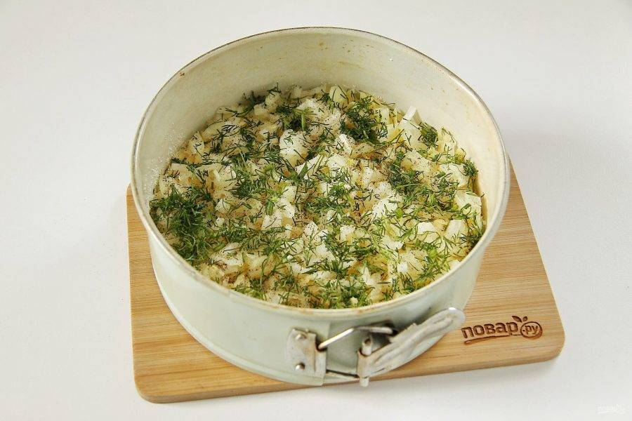 Посыпьте измельченной свежей зеленью, солью и перцем по вкусу.