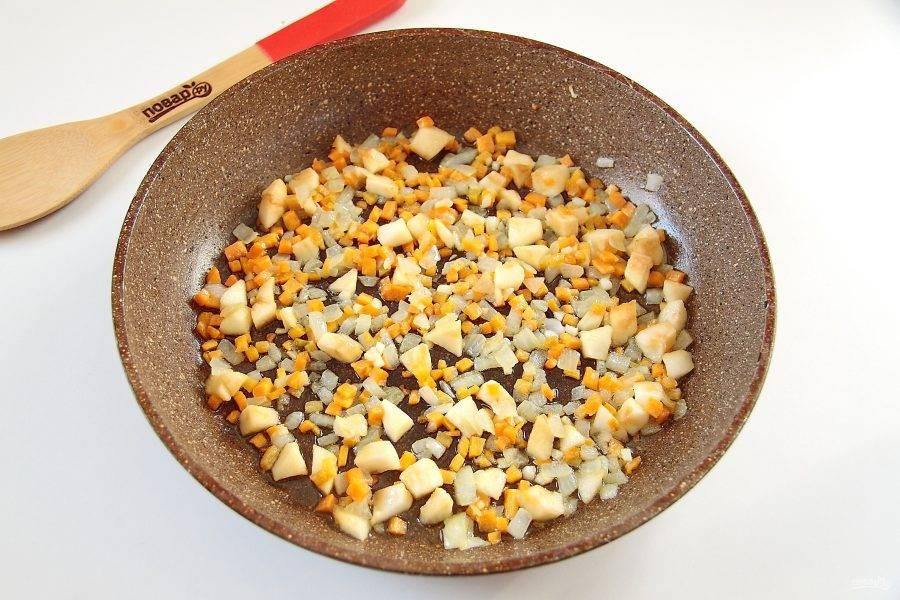 3. Растопите на сковороде сливочное масло и обжарьте до мягкости лук с морковью. Затем добавьте яблоко и готовьте все вместе еще пару минут.