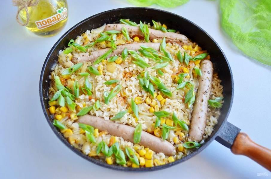 Рис с куриными колбасками готов. Разложите по тарелочкам и украсьте зеленью. Приятного аппетита!