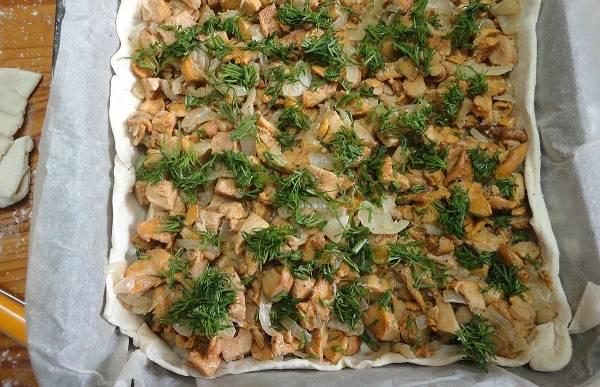8. Добавить немного свежей зелени и вылить яично-сырную заливку.