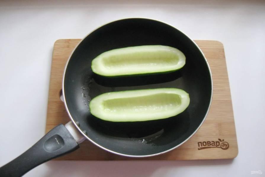 Выложите огурец в сковороду с небольшим количеством подсолнечного масла и обжарьте со всех сторон.