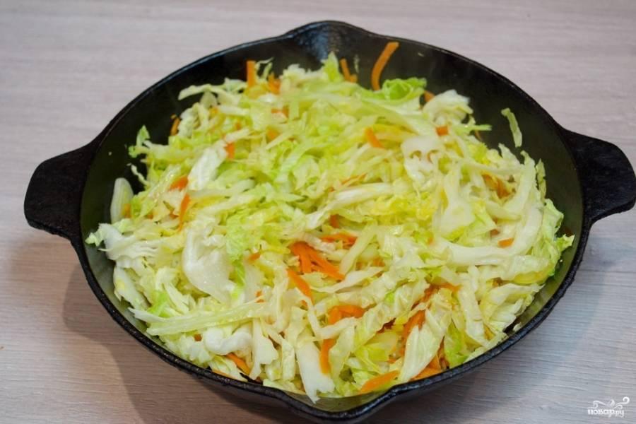 Добавьте нарезанную капусту. Быстро перемешайте, чтоб нижние слои овощей не пригорели. Уменьшите огонь до среднего. Тушите под крышкой, периодически помешивая, около 20 минут.