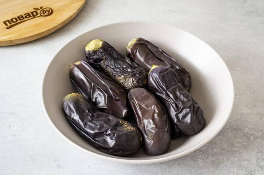 Остудите баклажаны. Снимите с них плодоножку.