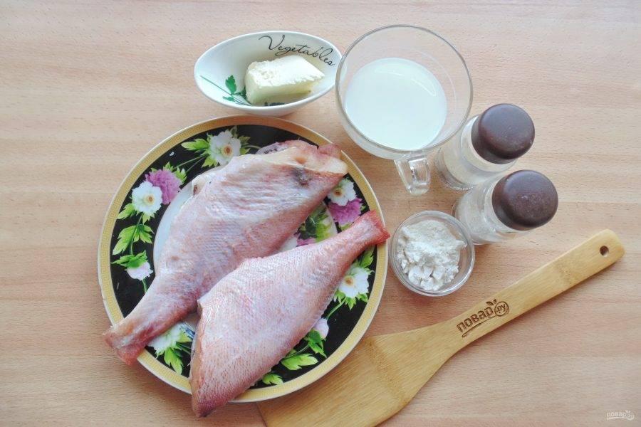 Подготовьте ингредиенты для приготовления морского окуня в молоке.