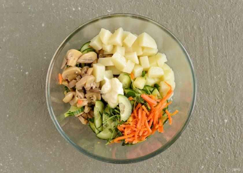 Следом добавьте картофель и шампиньоны, хорошо перемешайте. Заправьте салат майонезом и посолите по вкусу.