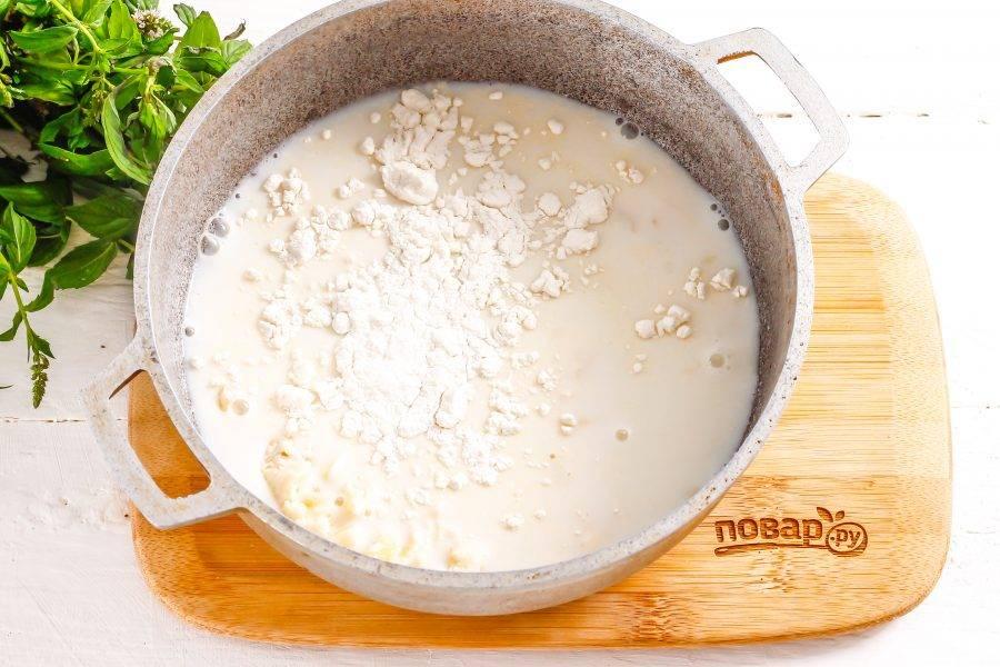 Влейте туда же молоко любой жирности, всыпьте пшеничную муку.