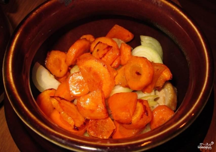 Выкладываем морковку в горшочек и солим. Можно солить каждый слой, но я просто добавляю соль в конце.