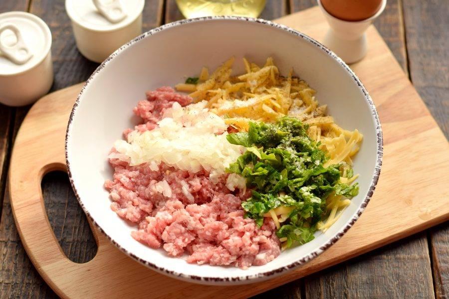 Лук очистите, мелко нарежьте ножом или перебейте блендером в пюре. Зелень ополосните и нашинкуйте. Лук и зелень добавьте к фаршу и сыру.