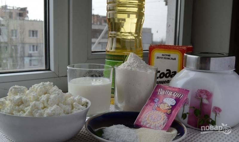 В глубокую миску просейте муку. Затем добавьте к ней соль, соду, сахар для теста. Всё перемешайте.