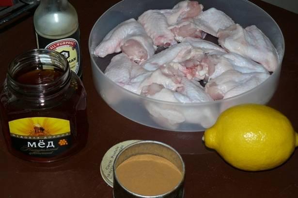 Для начала подготавливаем необходимые ингредиенты, крылышки тщательно промываем и высушиваем на полотенце, с лимона при помощи терки снимаем цедру.