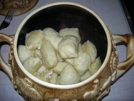 Раньше готовые галушки высыпали в специальную посуду, именуемую макитрой. Я высыпаю в глиняный горшочек. Поливаем растопленным маслом, чтобы не слипались..