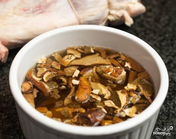 Промойте грибы. Нарежьте их мелко и замочите в воде.