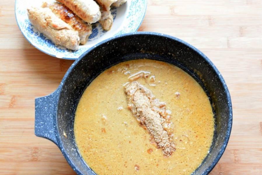 Выньте рулетики на тарелку и сохраняйте теплыми. В соус добавьте натертое на мелкой терке овсяное печенье – классическое, без добавок. Или замените его пряником, имбирным печеньем – натуральными, без ароматизаторов. Тушите, пока соус не загустеет и печенье не раствориться полностью. Готовый соус можно протереть через сито или пробить блендером, если хотите  добиться полной однородности.
