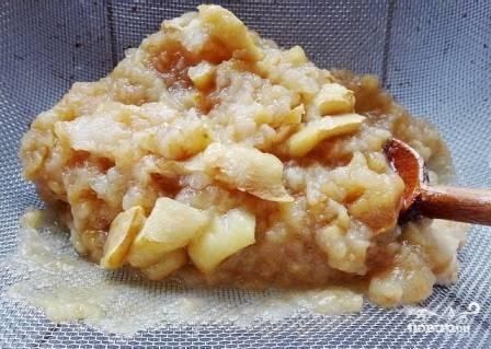 Выкладываем запеченные яблоки на дуршлаг или сито и протираем.