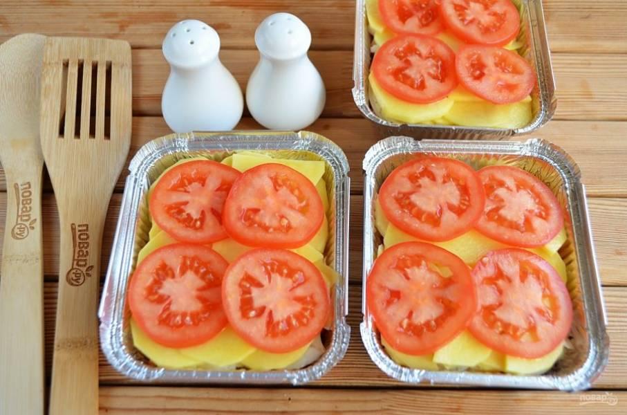 Далее выложите кружочки помидоров.