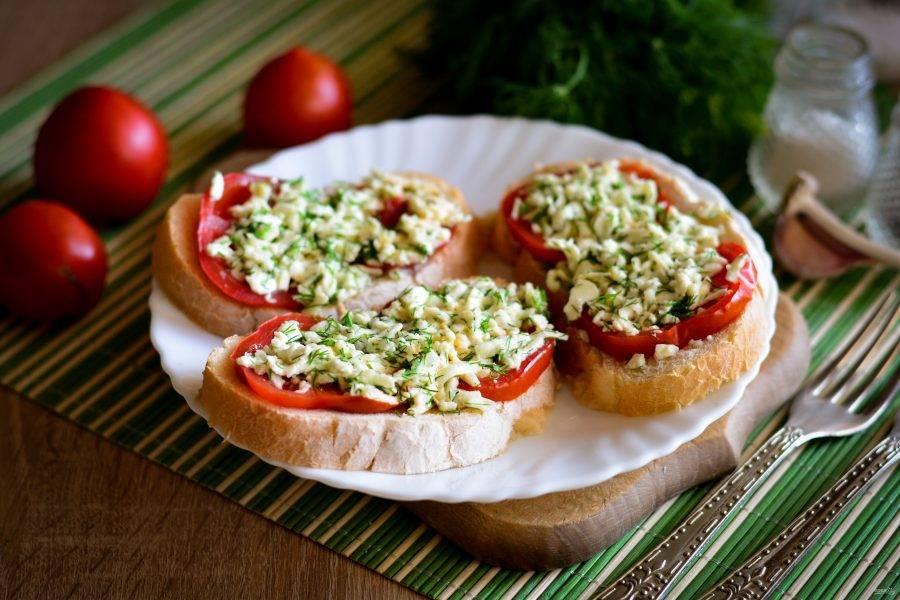 Поставьте бутерброды в микроволновке при высокой мощности на 1-1,5 минуты. Готово. Горячие бутерброды с брынзой подавайте к столу. Приятного аппетита!