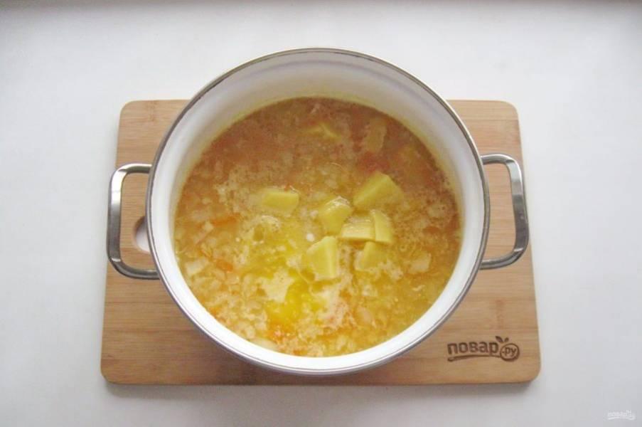 Картофель очистите, помойте и нарежьте. Также добавьте в суп.