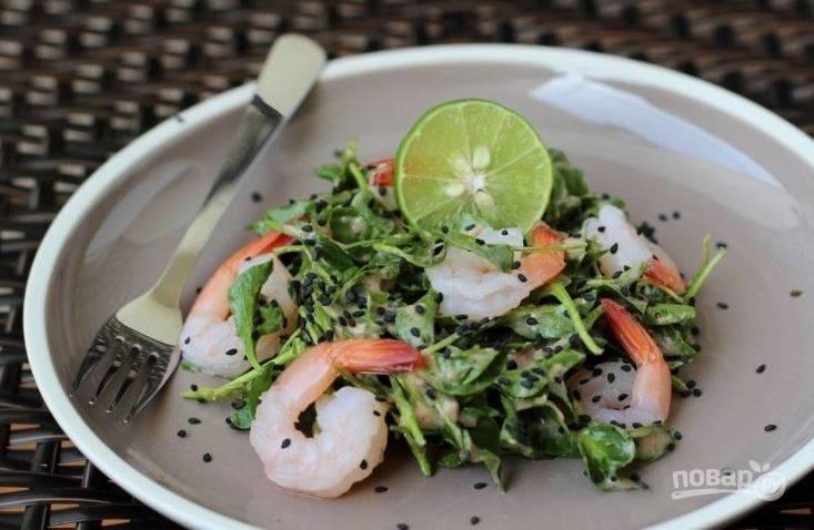 Присыпьте салат крупной морской солью и черными сменами кунжута. Положите на салат половинку лайма, чтобы каждый желающий мог дополнительно заправить салат лаймовым соком при желании.