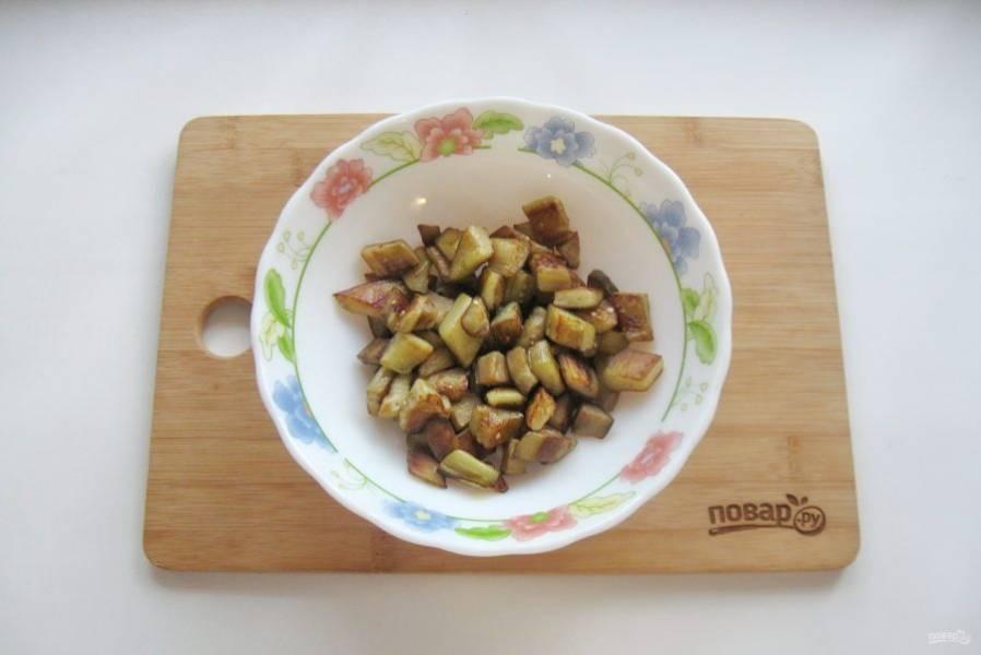 Жареные баклажаны выложите в салатник.