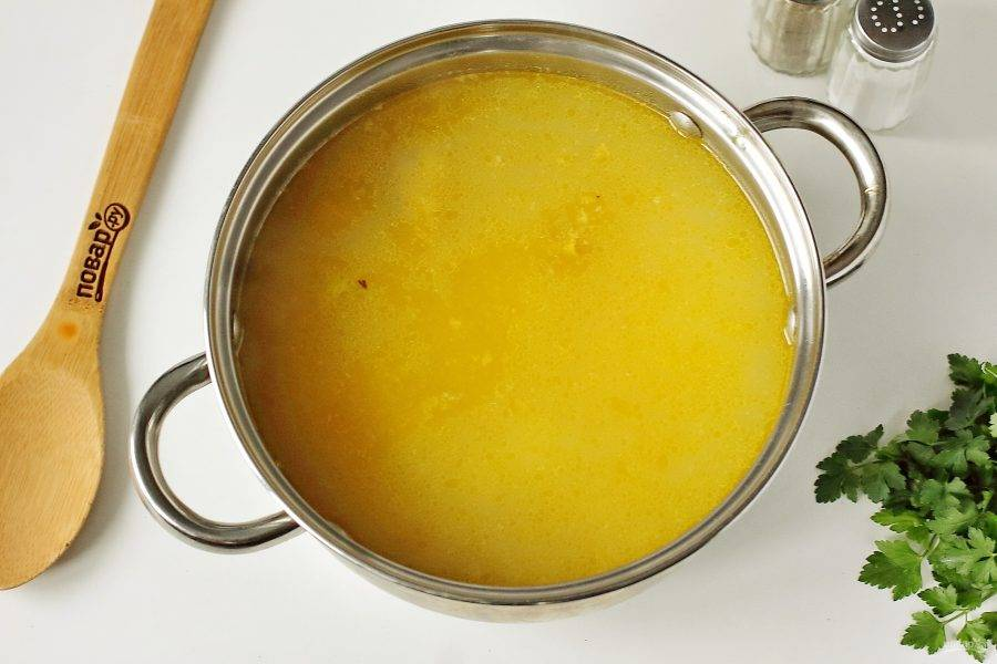 В кипящий бульон положите картофель, дождитесь закипания и варите 5 минут. Затем добавьте булгур и варите суп еще 10 минут. В конце добавьте лук с морковью и дайте провариться еще 5 минут.