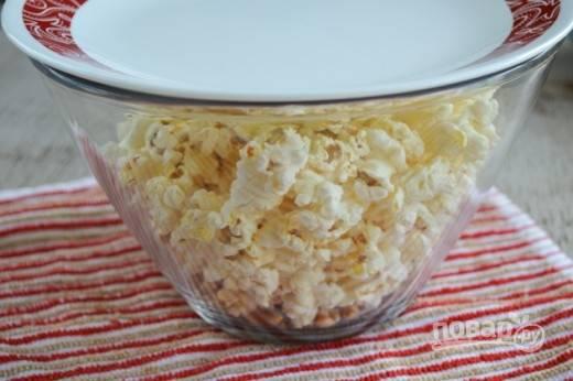 4. Как только зерна все открылись и перестали издавать хлопки, ваш попкорн в домашних условиях готов.  Перед подачей можно добавить соль, специи, а по желанию немного полить растопленным маслом. Приятного аппетита!