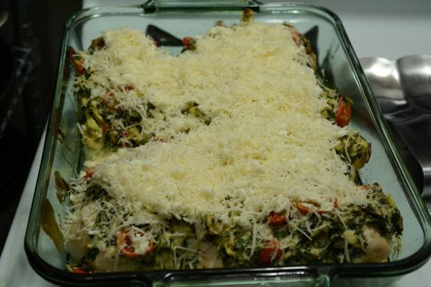 8. Достать форму из духовку, присыпать тертым сыром и снова отправить в духовку. Запекать блюдо до румяной корочки сверху.