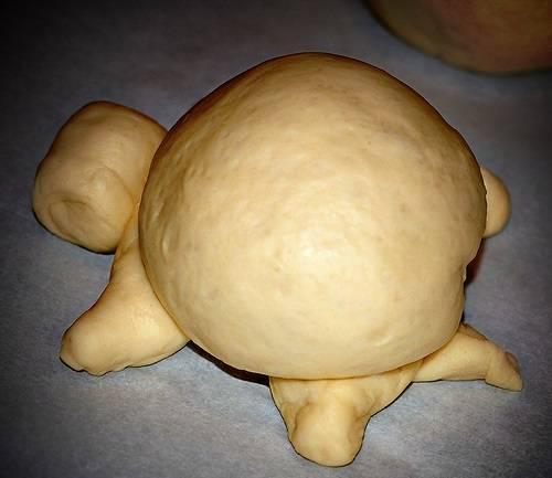 9. Для детей можно сделать интересный вариант исполнения: слепить кроме шариков еще небольшую голову и лапы, чтобы получилась черепаха.