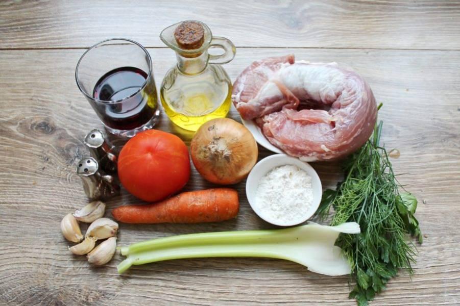 Подготовьте все необходимые ингредиенты для приготовления рагу со свининой по-итальянски.