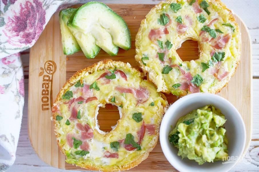 Запекайте в разогретой до 180 градусов духовке до готовности яиц. Около 20 минут. Приятного аппетита!